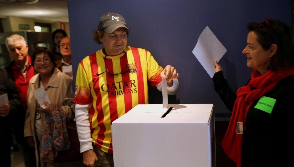 Un ciudadano deposita su papeleta