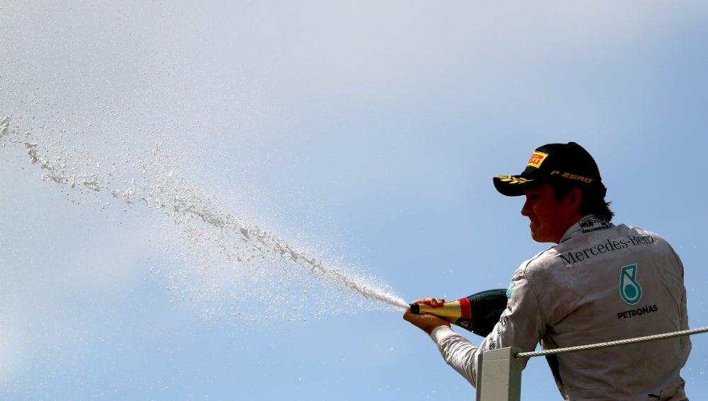Rosberg, con el champán del triunfo en Brasil