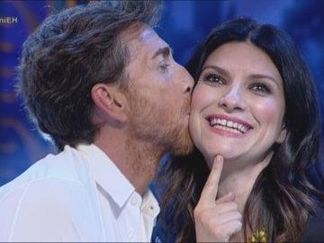 Pablo Motos besa a Laura Pausini