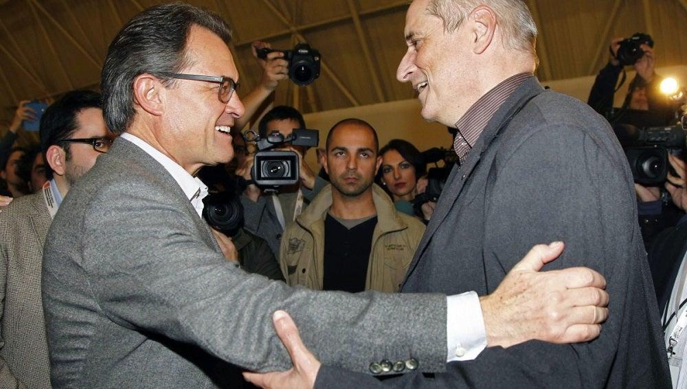 Artur Mas saluda a uno de los observadores internacionales