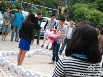 Momento en el que el joven pide matrimonio a su novia rodeados de los iPhone