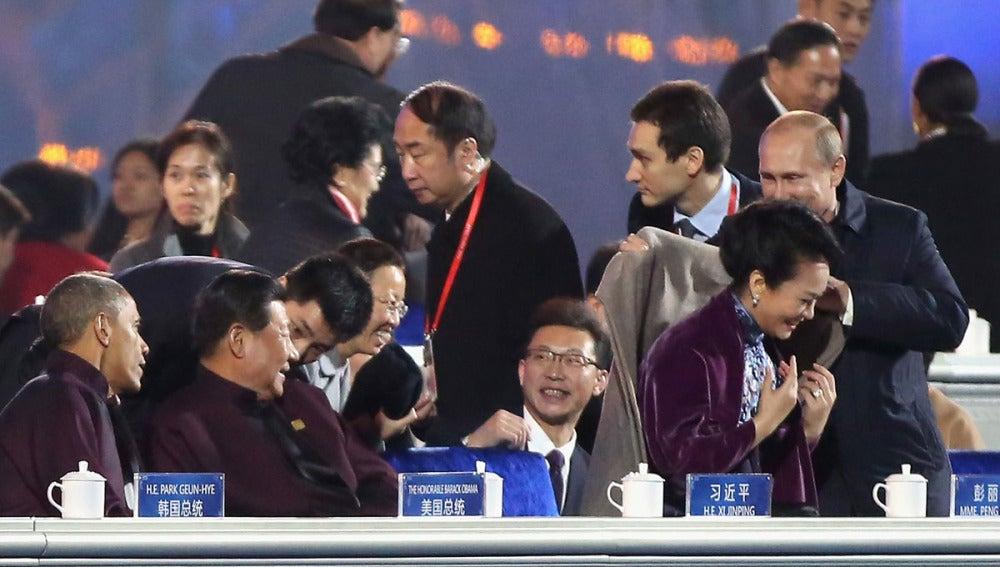 Vladimir Putin cubre con su abrigo a la primera dama