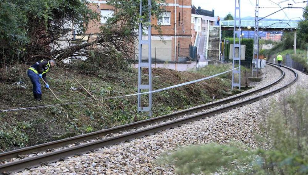 La Policía Nacional, buscando pruebas en las vías del tren