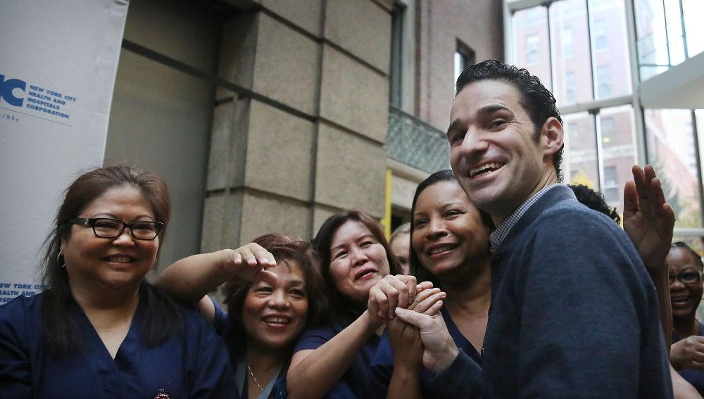 Craig Spencer, con trabajadoras del hospìtal