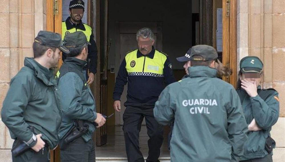 La Guardia Civil, durante el registro efectuado en el Ayuntamiento de La Carolina (Jaén)