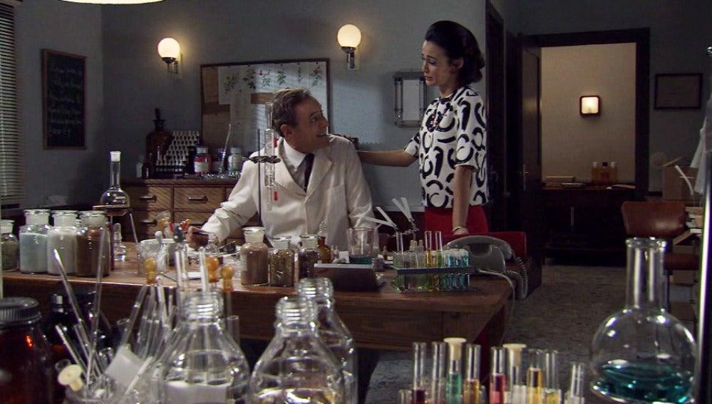 Laura le pide a Aquilino que entre en el proceso de creación del nuevo perfume junto a Jorge