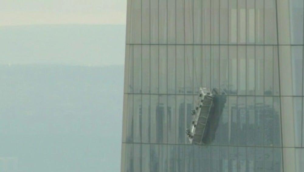 Imagen del andamio donde permanecen atrapados dos limpiacristales en el World Trade Center