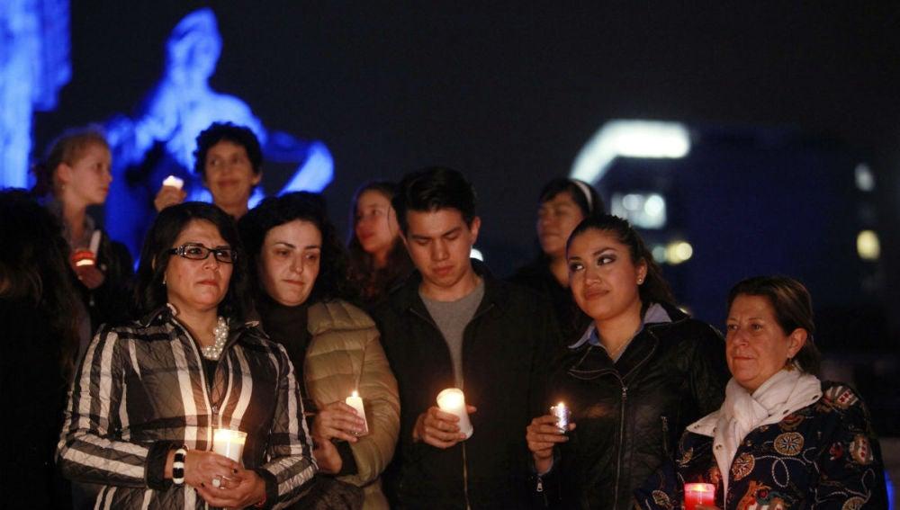 Jóvenes salen a las calles de México con vela para homenajear a los desaparecidos