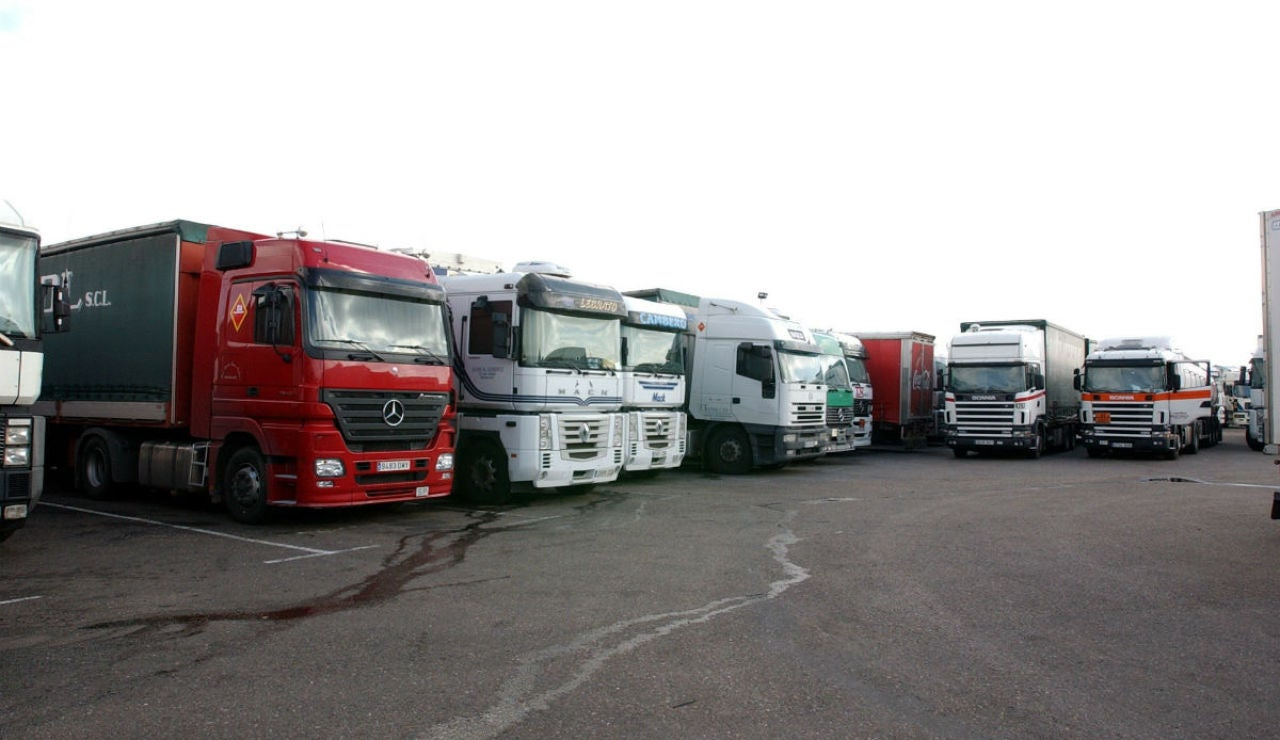 Conjunto de camiones aparcados