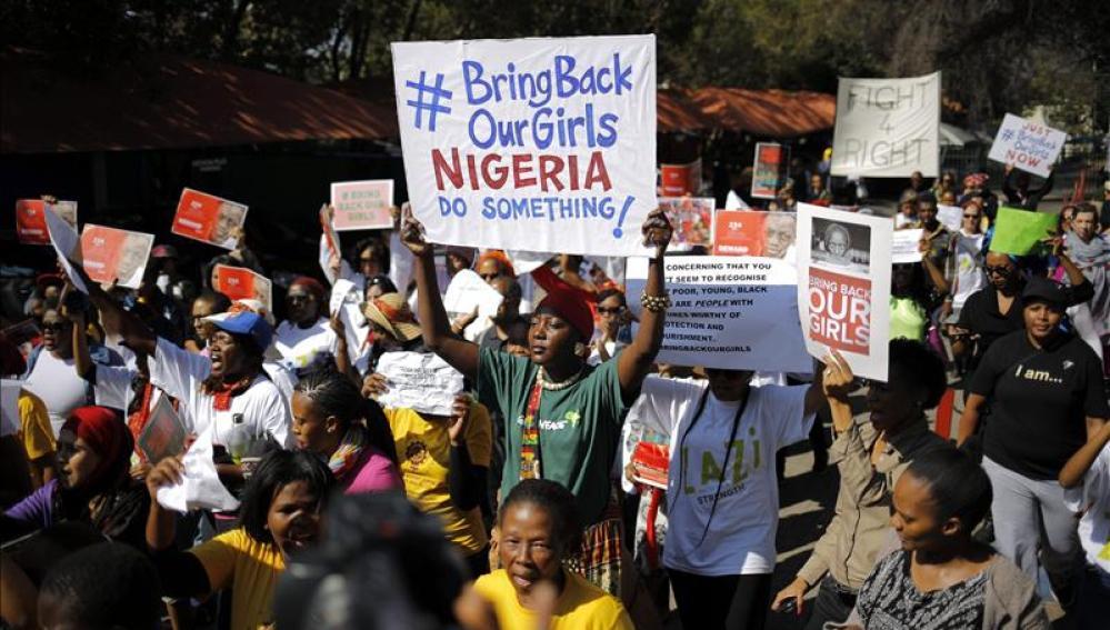"""Un grupo de activistas muestra pancartas en las que se puede leer """"traer de vuelta a nuestras niñas"""""""