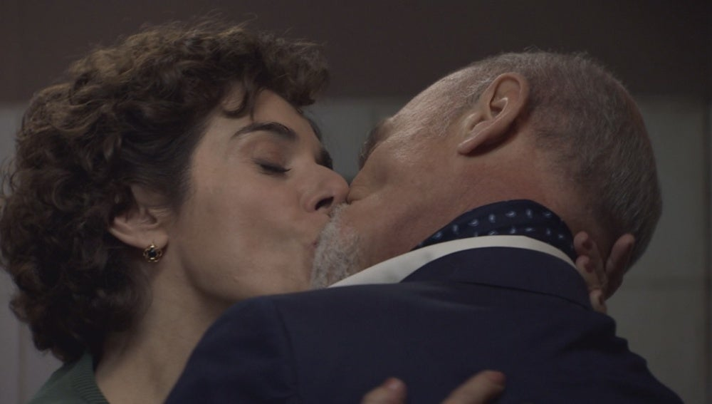 Benigna besa a Elías