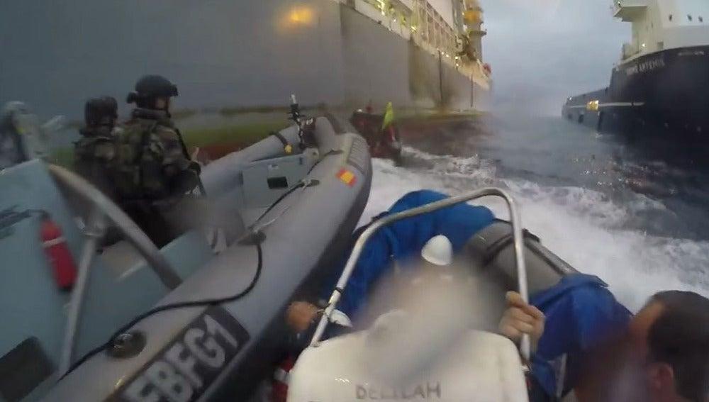 Una lancha de la Guardia Civil impide acercarse a una barca de Greenpeace