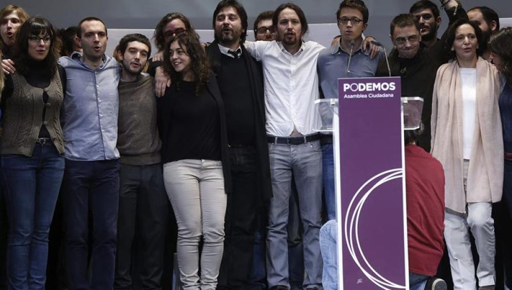 El líder de Podemos, Pablo Iglesias, junto a los miembros de su equipo