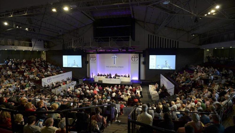 Votación de miembros de la Iglesia anglicana sobre las obispas