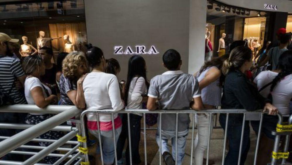 Venezolanos en cola frente a una tienda de Zara en Caracas