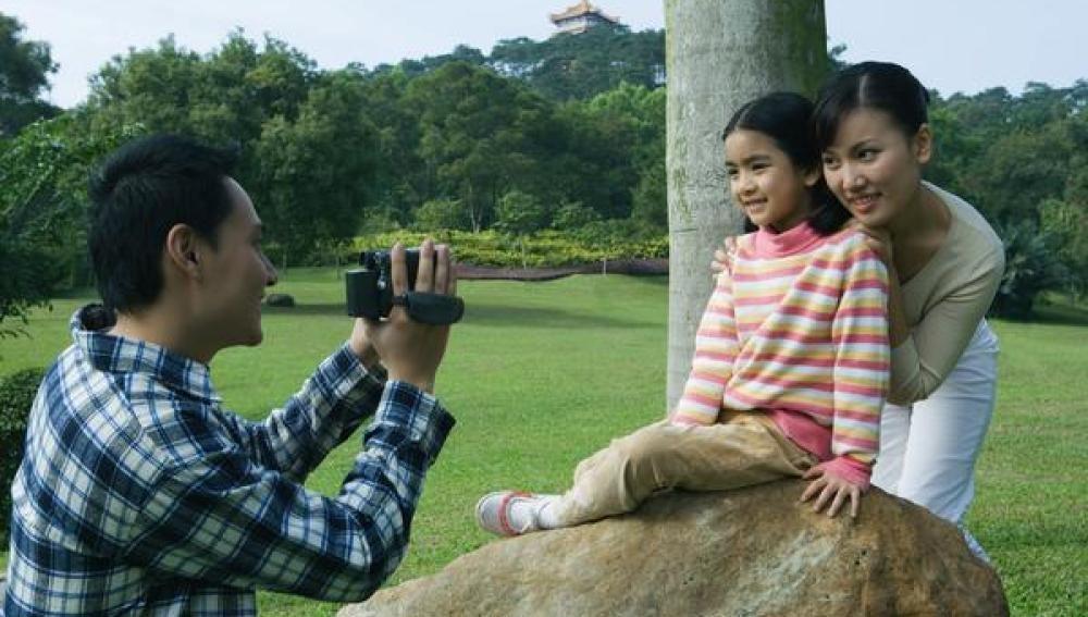 Una pareja posa junto a su hija en China.