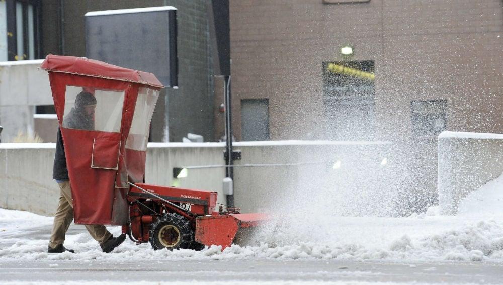 Un trabajador quita nieve de las calles