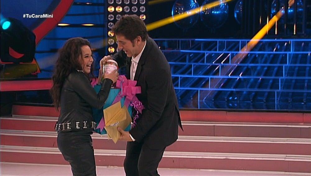 Carla gana el premio a la mejor reacción al pulsador de Tu cara me suena Mini