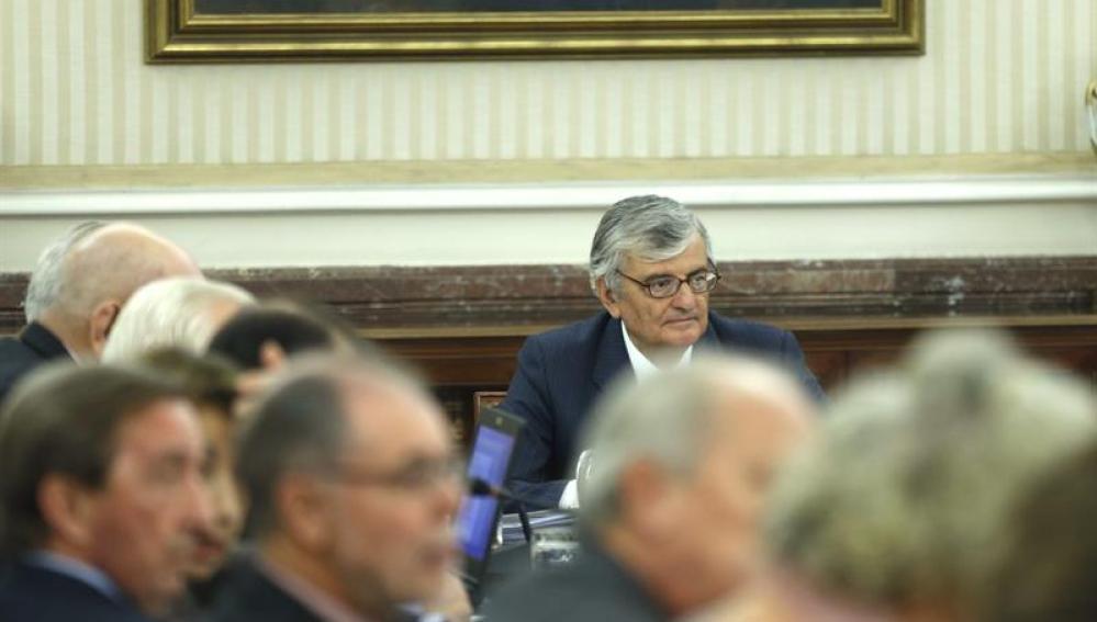 Torres Dulce preside una reunión.