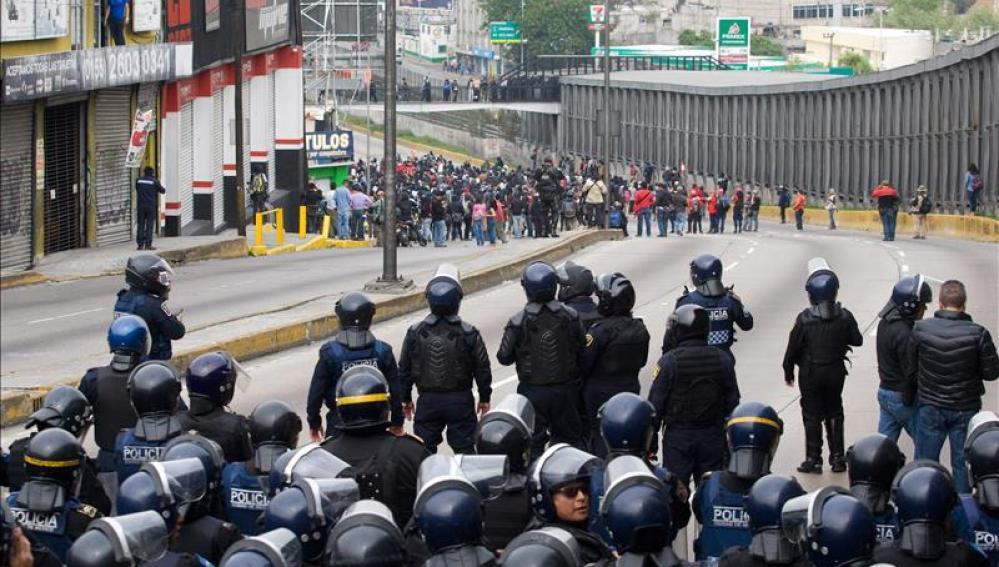 Tensión entre estudiantes mexicanos y policías en las inmediaciones del aeropuerto