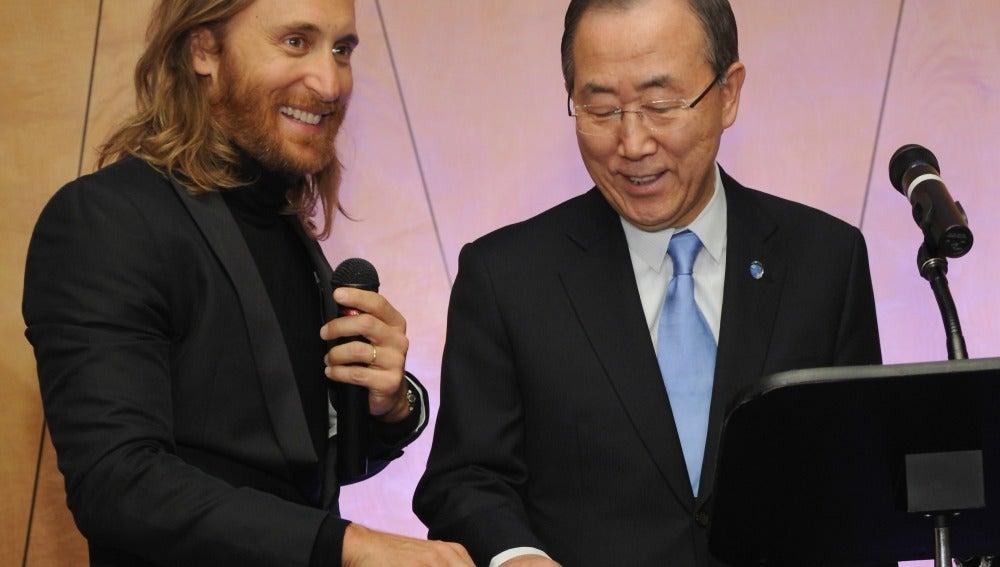 El dj David Guetta, junto al secretario general de la ONU Ban Ki-moon