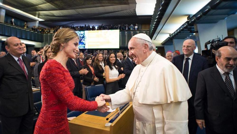 al papa Francisco estrecha la mano de la reina Letizia