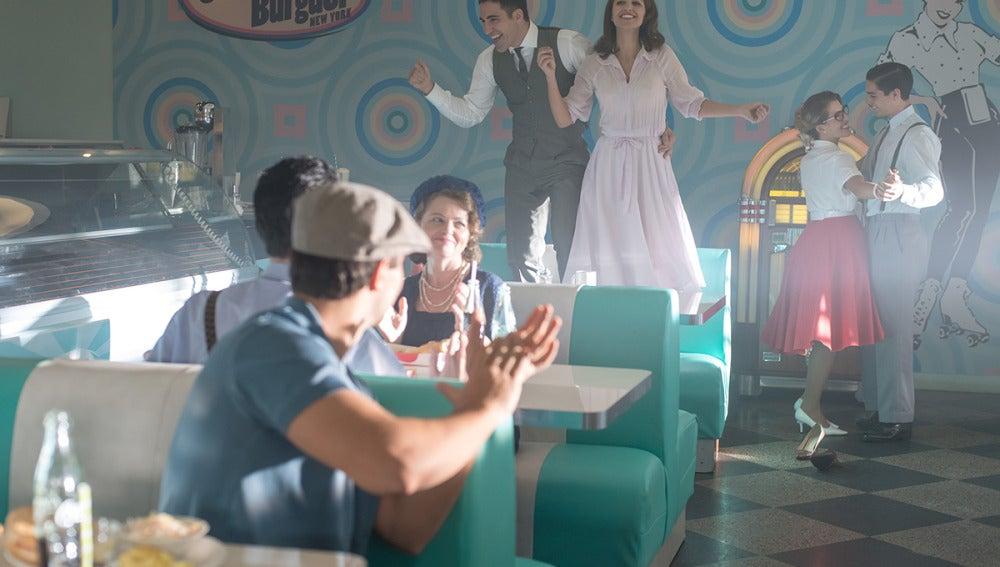 Alberto y Ana se divierten en una hamburguesería Americana