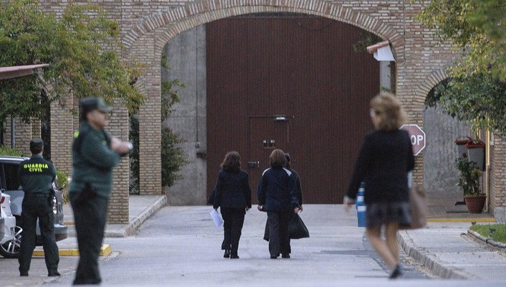 Dos funcionarias acompañan a Pantoja en su entrada a prisión