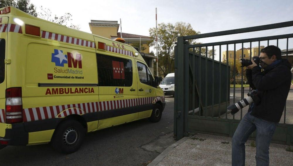Momento en el que la ambulancia con la cooperante española llega al hospital Carlos III