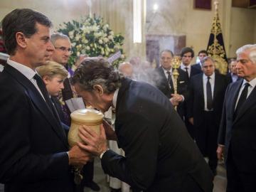 El viudo de la duquesa de Alba, Alfonso Díez (c), besa la urna con parte de las cenizas de Cayetana de Alba