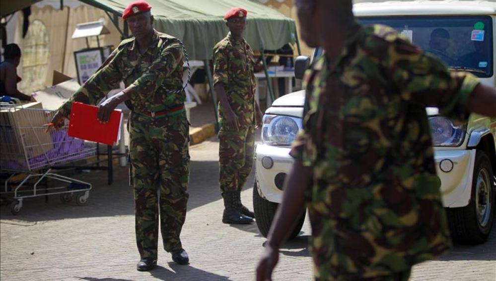 Policías en un control de Kenia.