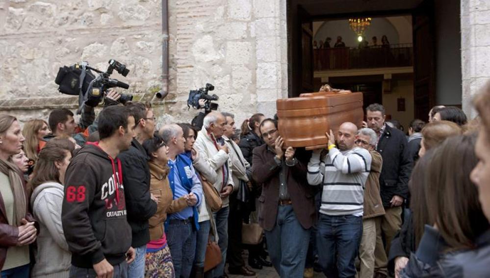 El féretro con los restos mortales de una de las tres adolescentes fallecidas en Fuensalida (Toledo)