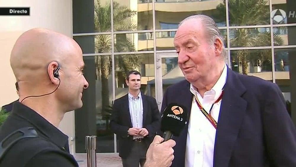 El Rey Juan Carlos charla con Antonio Lobato en Abu Dabi