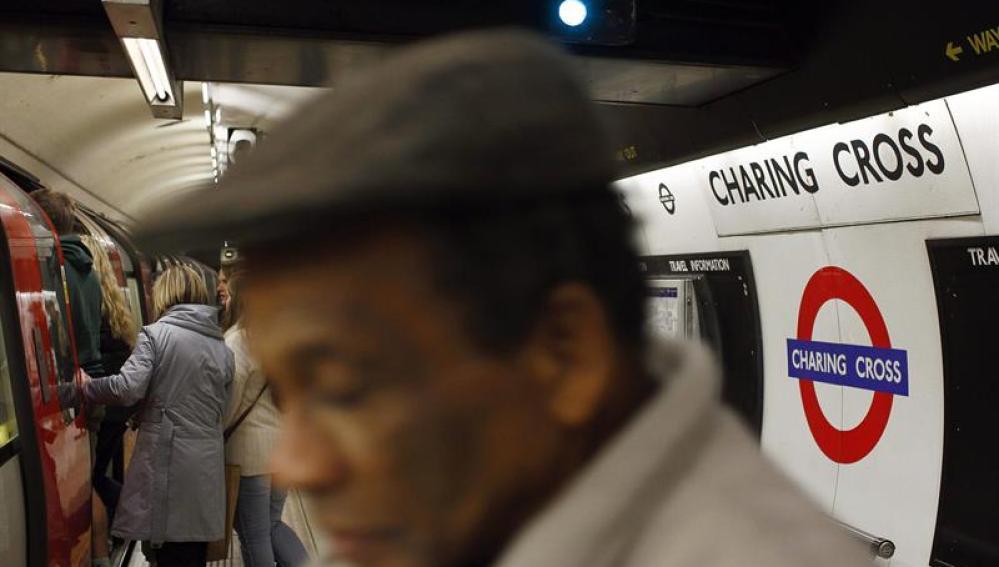 Un incendio en un tren obliga a evacuar la etsación de Charing Cross en Londres