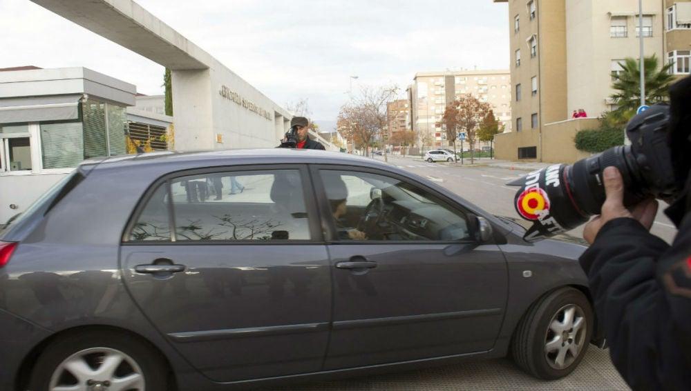Un coche traslada a uno de los detenidos