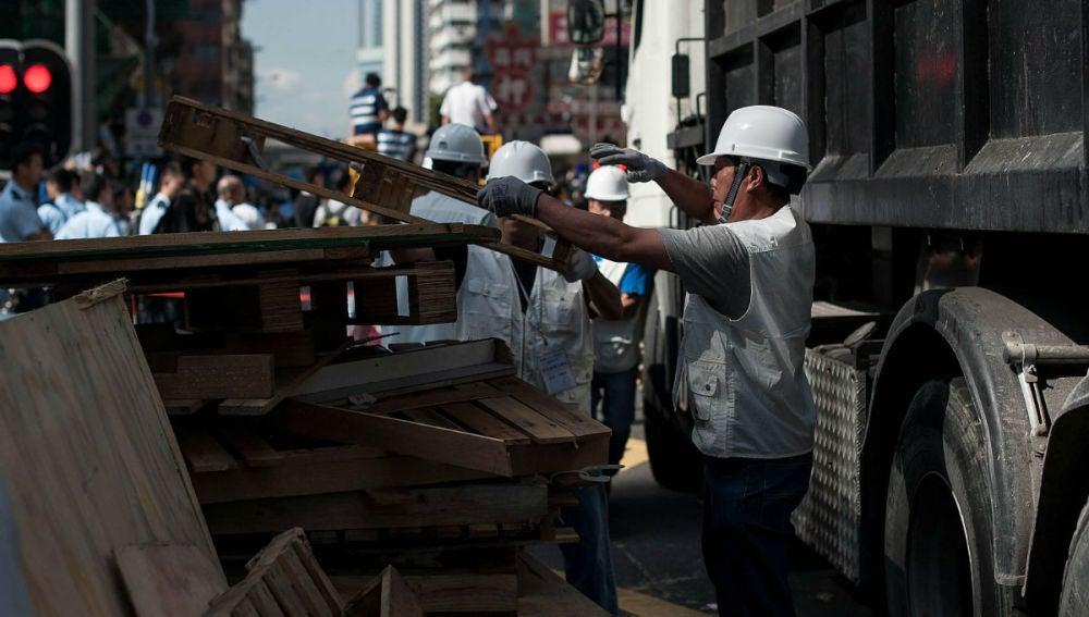 Agentes autorizados retiran el campamento de Mong Kok, en Hong Kong