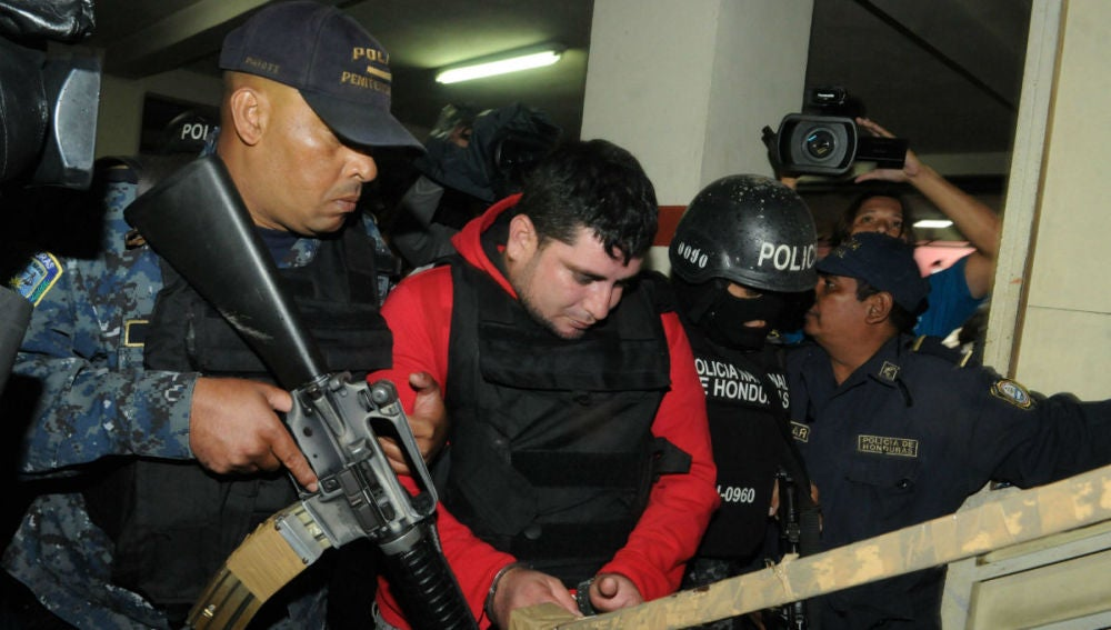Policías hondureños custodian a Plutarco Ruiz, presunto responsable del crimen de la Miss Honduras