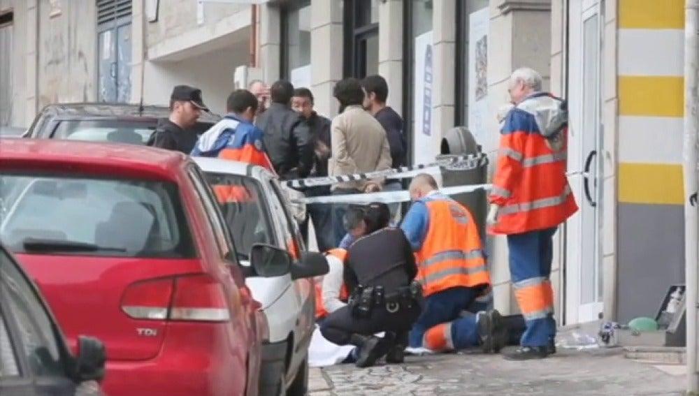Una policía y un atracador fallecen en un robo a una sucursal bancaria en Vigo