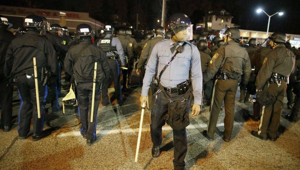 Los policías tratan de controlar las protestas en Ferguson