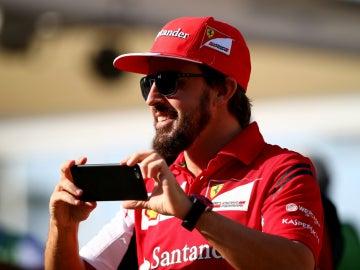 Alonso, sonriente, con su móvil
