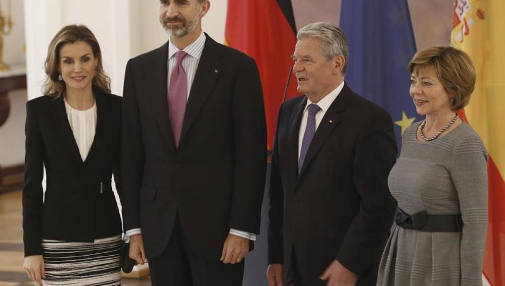 Los reyes de España posan con el presidente de la República Federal de Alemania