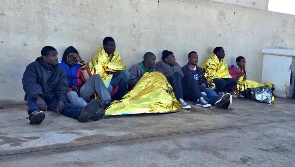 Llega a Melilla una patera con 17 inmigrantes y detienen a 4 por agresiones