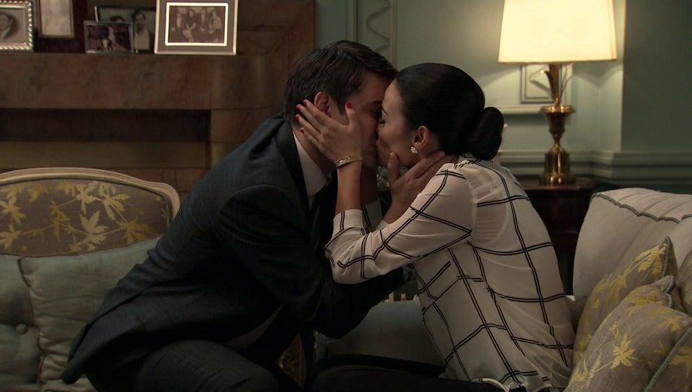 Julián y Laura besándose