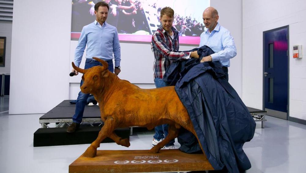 Vettel recibe un regalo de Red Bull