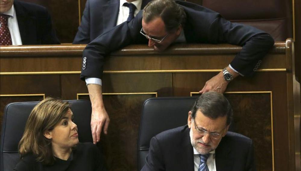 Alfonso Alonso charla con Rajoy y Sáenz de Santamaría