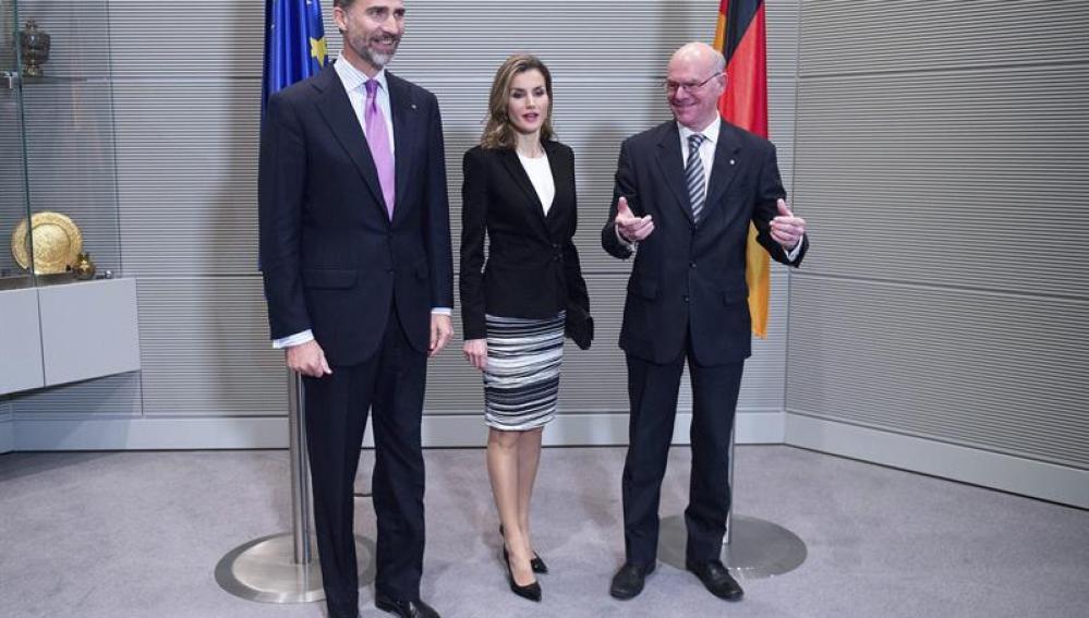 Los Reyes posan junto al presidente del Parlamento alemán, Norbert Lammert
