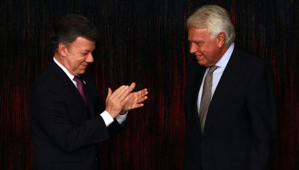 Santos y entrega a González la nacionalidad colombiana.