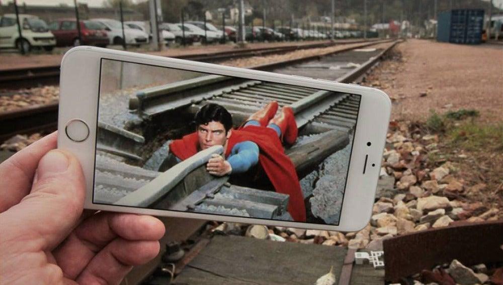 Superman amarrado a la vía del tren