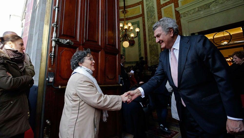 Jesús Posada saluda a ciudadanos en las puertas del Congreso