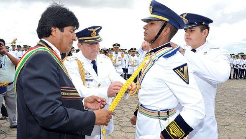 Evo Morales condecora a un militar.